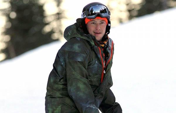 Cory-Monteith-Snowboarding-122111-600x450