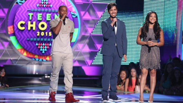 teen_choice_awards_hosts_onstage_0